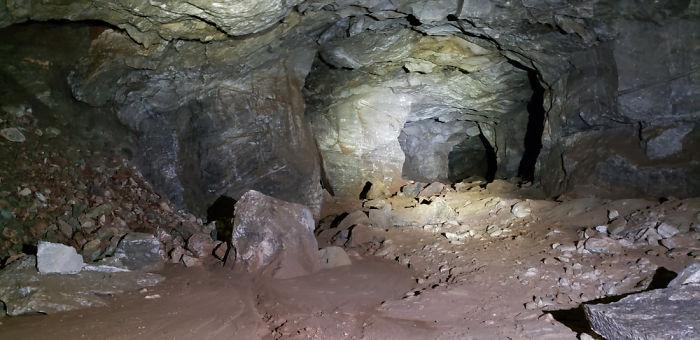 家門口出現「黑暗巨洞」 派探險隊下去竟找到「另個人類世界」