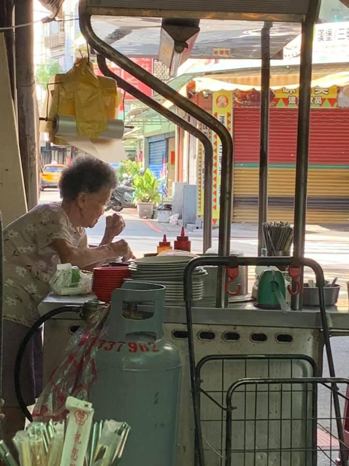 93歲阿嬤大熱天「駝背賣米粉湯」 網求捧場:現在沒人敢吃