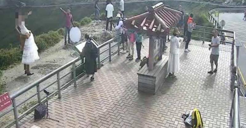 新郎「站懸崖扛新娘」拍婚紗照 網嗆:掉下去再娶一個