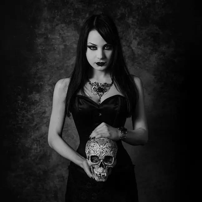 正妹自稱600歲吸血鬼「專喝朋友的血過活」割開直接吸...