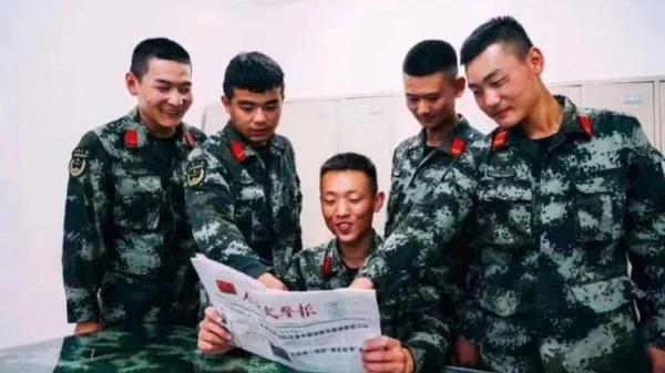 中國宣傳照「倒著看報紙」被抓包秒刪 爆料者微博停留在那天...