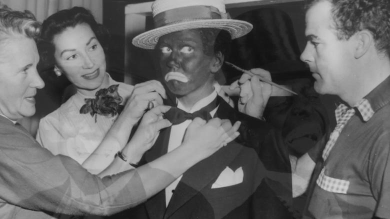 影/反骨踩底線「塗黑臉」模仿黑人抬棺 戴維斯痛罵:超噁心