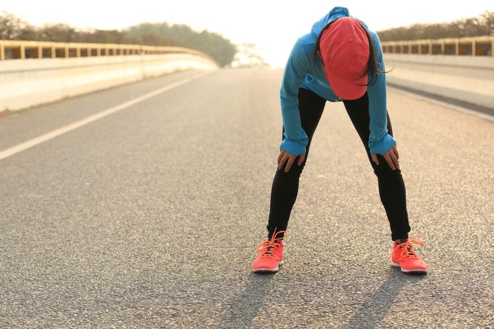 手放頭止喘?研究發現:跑完步「雙手撐膝蓋」才有效