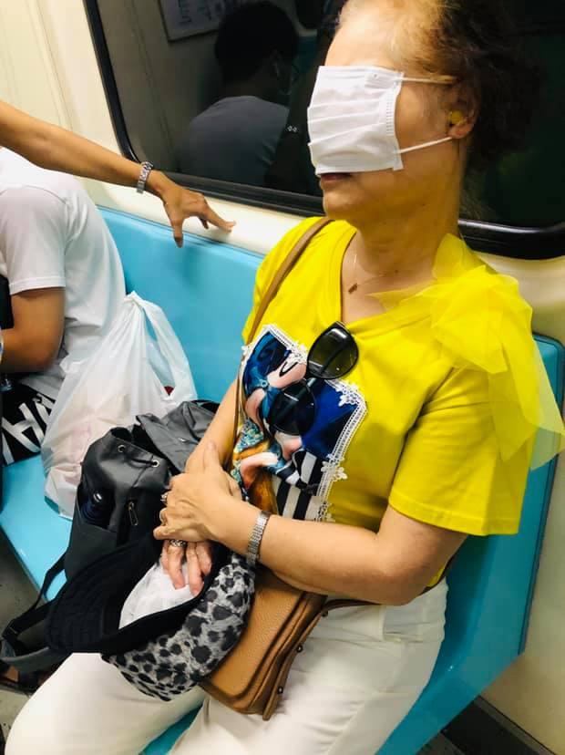 阿嬤「捷運霸佔2位」還把「口罩當眼罩」 網分析:她很專業!