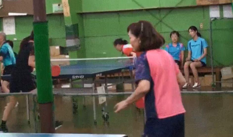 影/用臉打乒乓球!球「不可思議彈射力」看了好害怕...