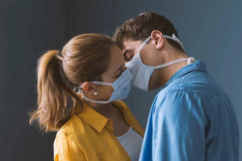 專家建議「戴口罩」才能做色色的事 提醒:最好也不要接吻!