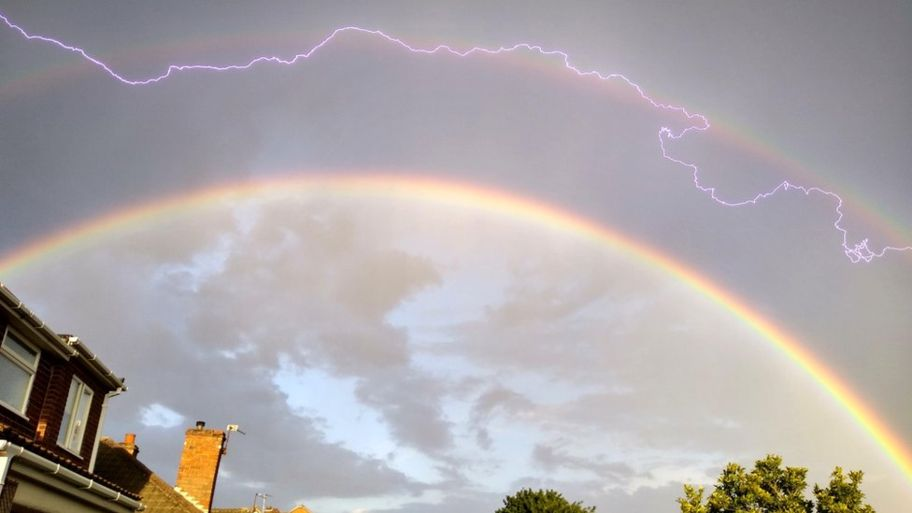 閃電劈入雙彩虹!攝影師捕捉「雷神跑過彩虹橋」的罕見奇景