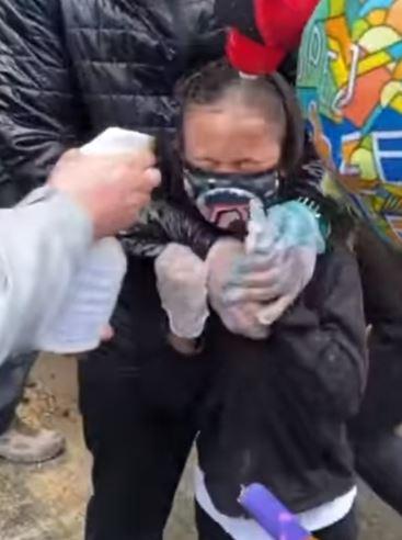 影/7歲男孩被警察「射胡椒噴霧」痛苦求救:我做錯什麼?