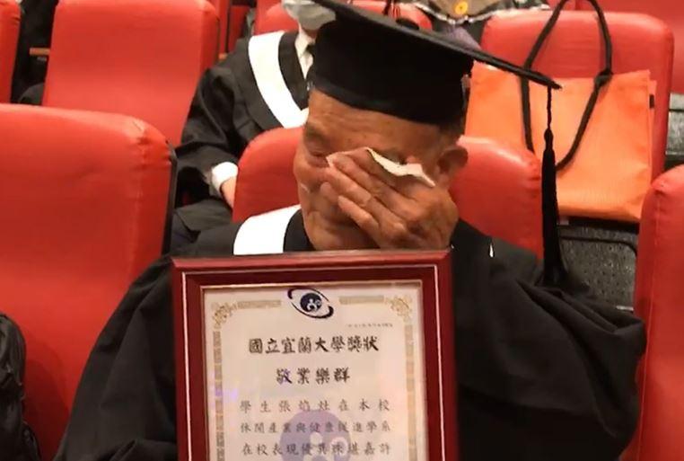 91歲阿公順利「大學畢業」 80歲才「重返校園」想彌補遺憾