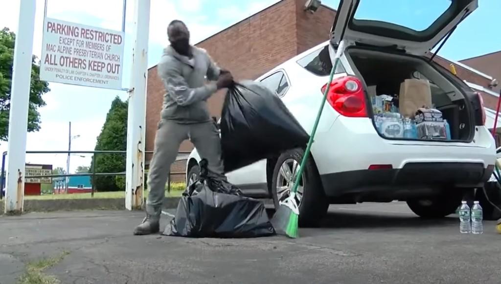 少年花10小時「撿暴動垃圾」 富豪直接「送一台跑車」感謝他!
