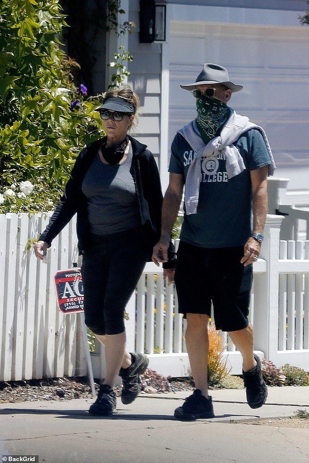 湯姆漢克斯「確診康復後」首度出遊 網吐槽:只用頭巾躲病毒?