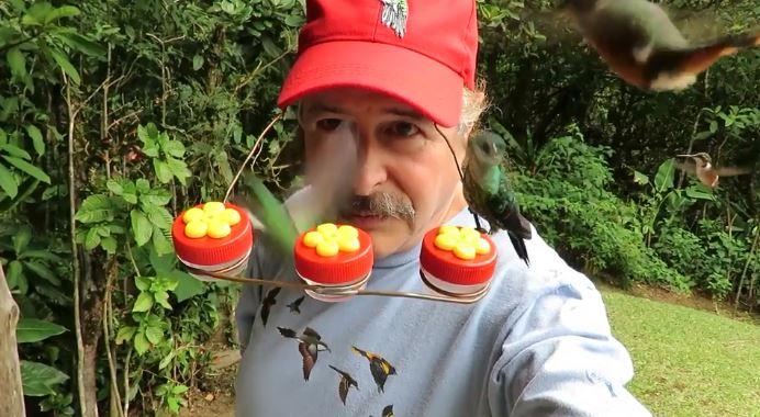 大叔想當白雪公主決定「用頭跟蜂鳥搏感情」!