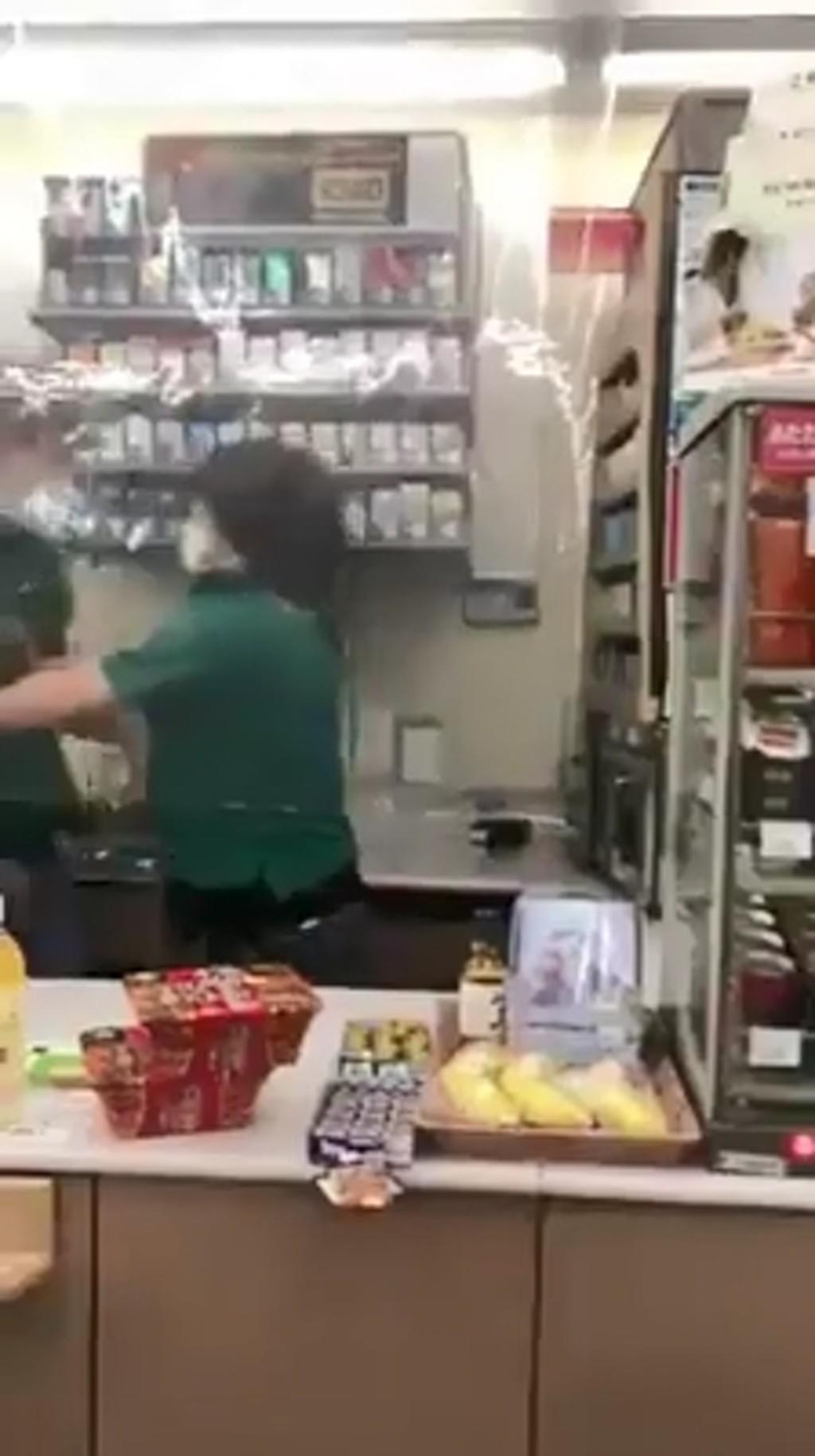 影/店員打到一半「客人要結帳」 兩人「秒停戰」網讚太專業!