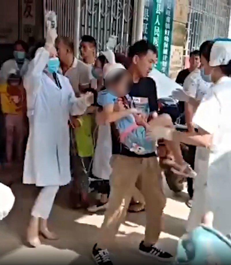 保全失控「持刀攻擊」學生 校內「37位幼童」被抱上救護車!