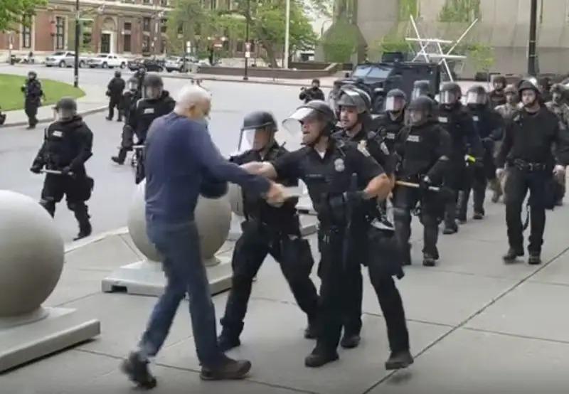 75歲老伯「被警察推倒重傷」川普發文狂嗆:他在假摔!