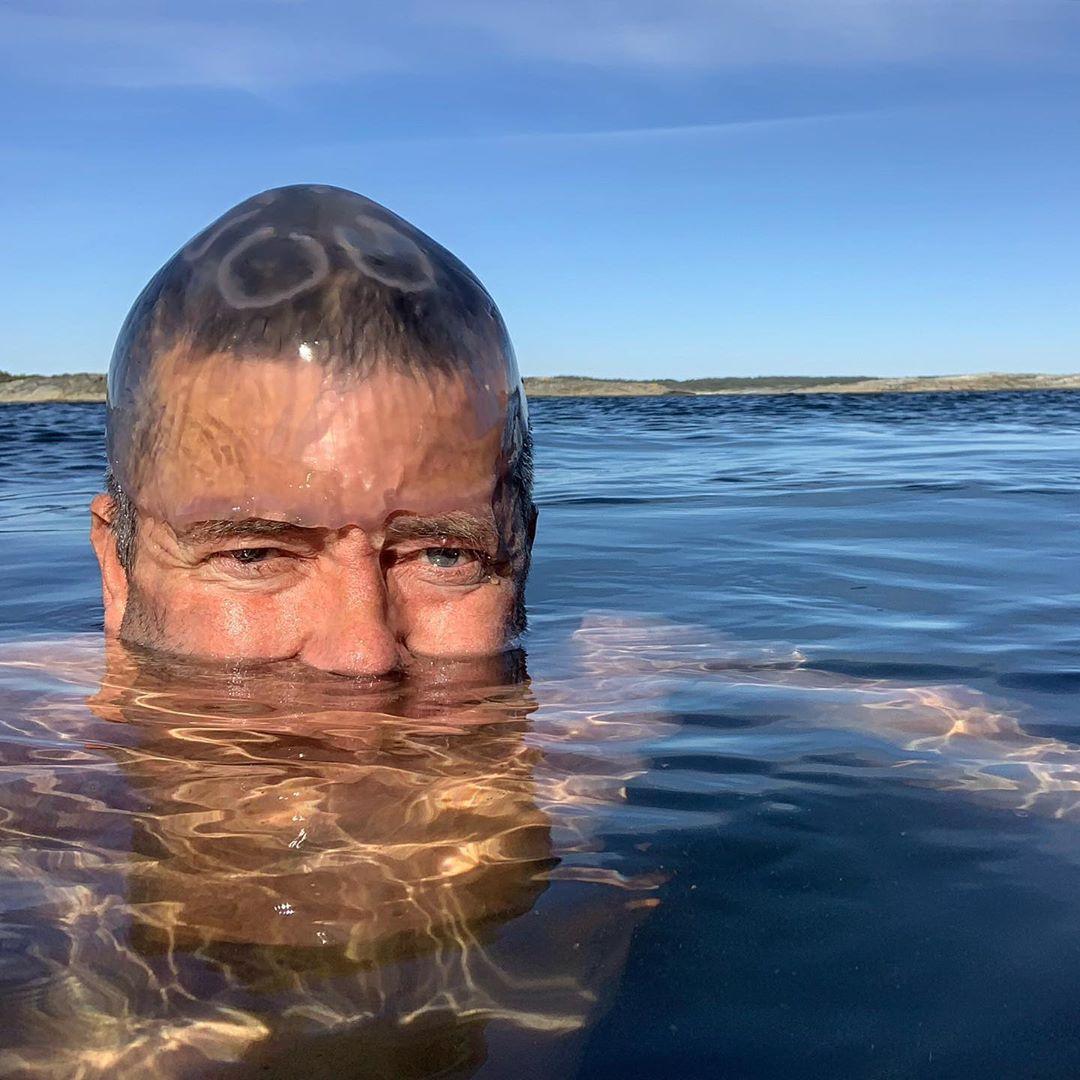 大叔「水母套頭」還不是最狂 雪地「泡冰桶」吸86萬粉絲膜拜!