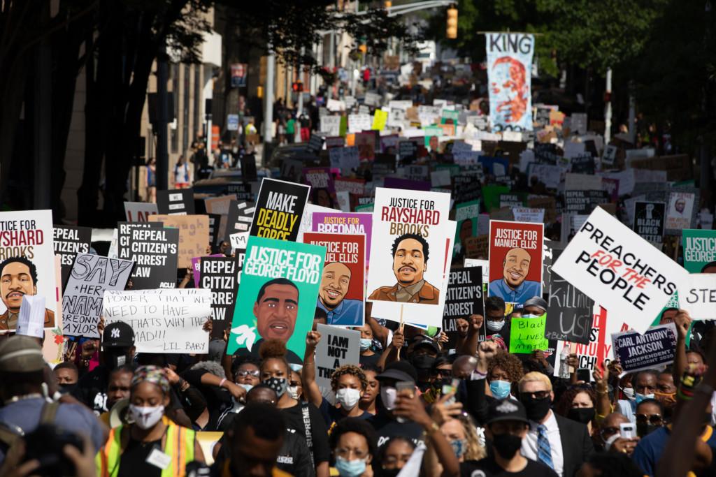 影/示威變暴動!非裔男衝進人群「把白人一肩扛出」