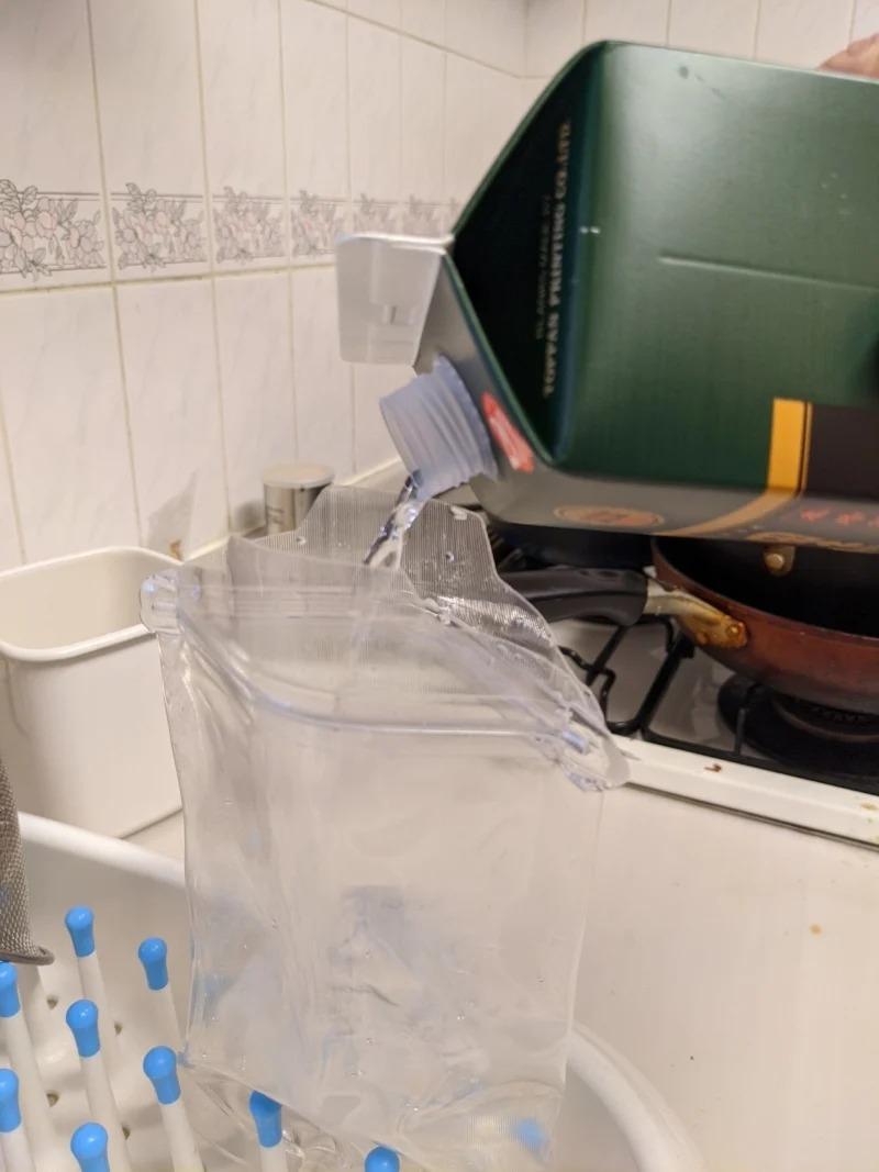 為了「邊打遊戲邊喝酒」 他改裝「點滴袋」直接插身上!