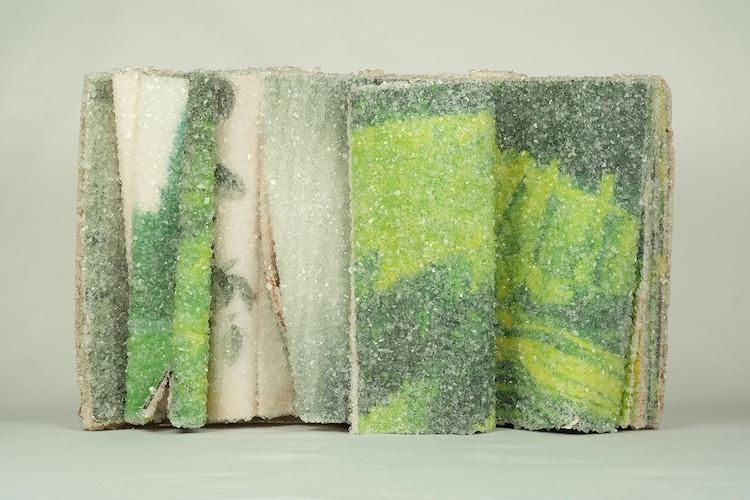 他把經典小說變「水晶藝術品」 書頁翻開美到像「時間暫停」