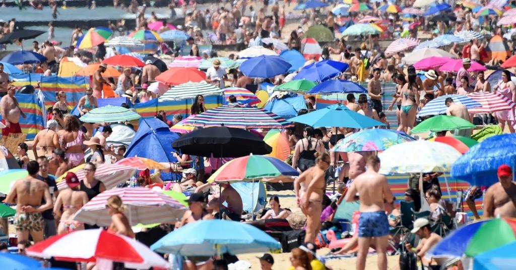 疫情解封「開放娛樂」才一天 「40噸垃圾」立刻塞爆海灘!