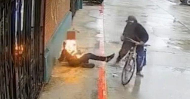 街友「坐路邊乞討」無故被潑汽油 屁孩「當街點火」直接烙跑!