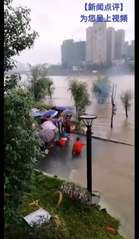 武術大師冒雨狂滾「用氣功」逼退洪水!「真相曝光」反而更糟糕