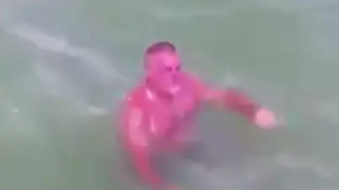 節目意外拍到「紫色龍蝦人」在游泳 網譏:上岸就知道有多痛