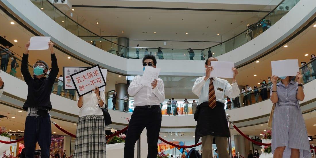 國安法逼出反共創意!香港人狂舉「空白牌」其實嗆更大