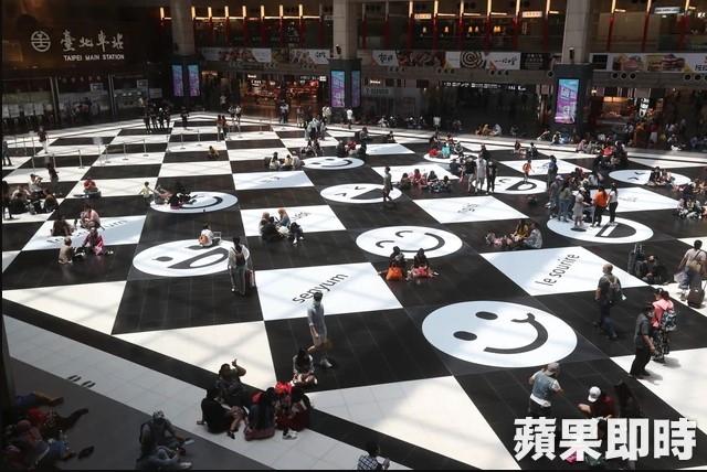 台北車站黑白棋盤大廳變「友善笑臉」台鐵:歡迎來坐!