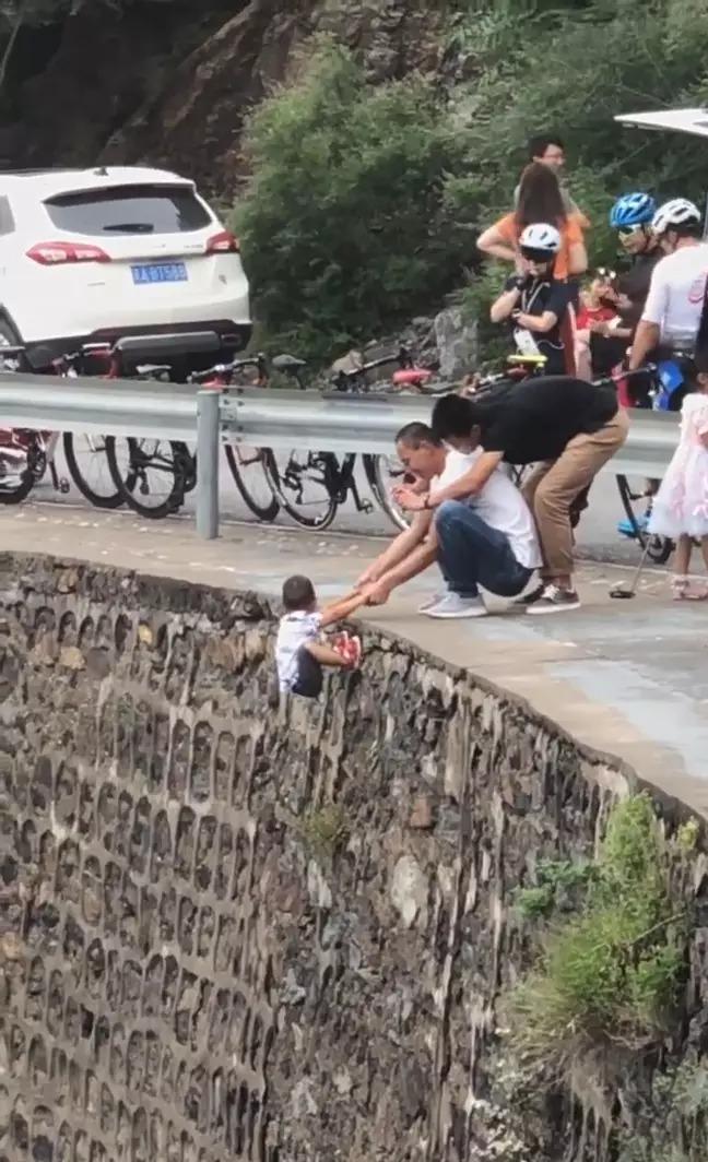 無腦爸「把兒子懸空在峭壁」拍網美照 網怒罵:把小孩當工具!