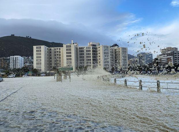 全世界怪事頻傳!南非大海湧出「巨量泡沫怪獸」吞掉城市