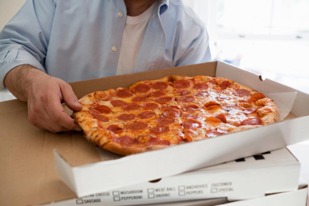 披薩店遇持刀搶劫!老闆狂丟「美味圓餅炸彈」成功擊退歹徒