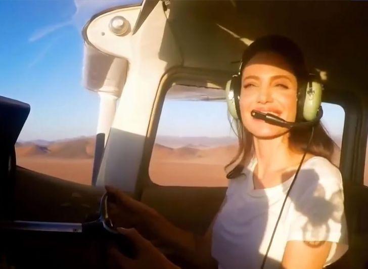 10件讓你「從此變裘莉鐵粉」的暖心事蹟 為了孩子學會開飛機!