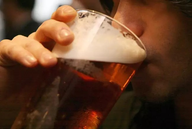 酒吧裝「防病毒圍欄」一超線「馬上通電」網讚:對奧客超有效!