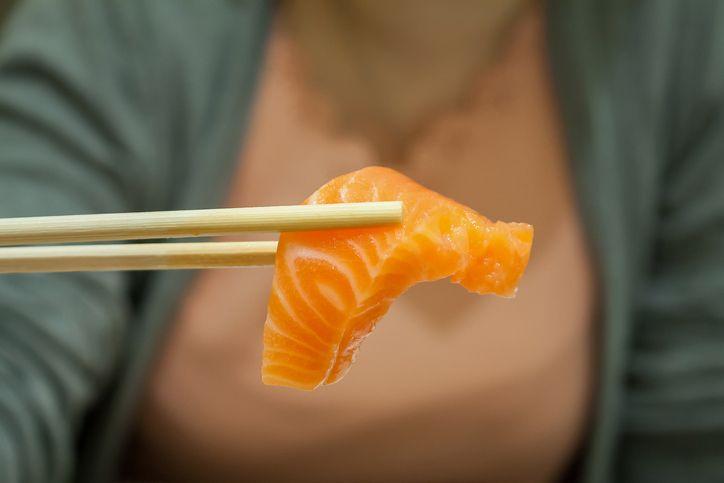 她「吃完生魚片」喉嚨痛爆 醫生拉出「38公分大蟲」:已寄生5天!