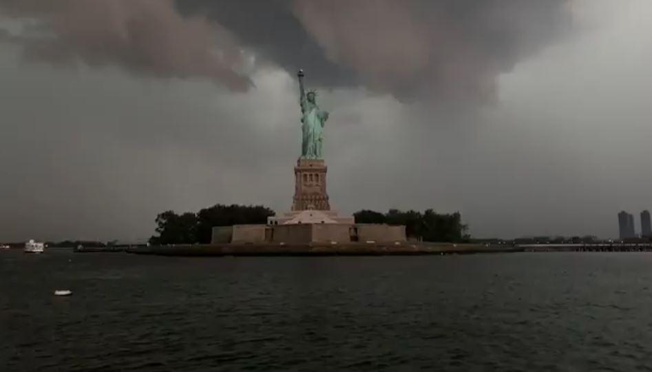 影/自由女神像「被閃電擊中」畫面瘋傳 網嘆:在暗示美國人!