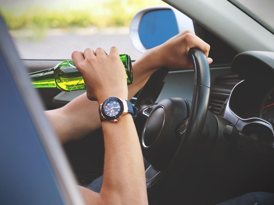 男子喝太嗨要「挑戰酒駕」把代駕趕走...1分鐘後直接出事