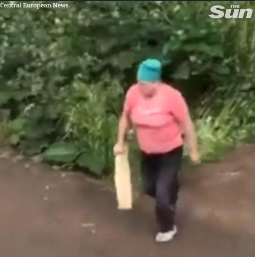 情侶野外「活春宮」俄羅斯大媽「路過撞見」氣到拿木棍參戰