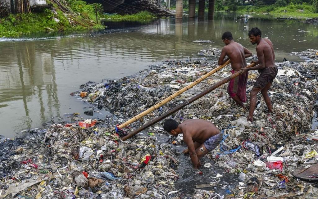 運河堆滿百噸垃圾!志工工作「只用塑料袋套頭」網傻眼:會沒命