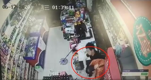影/遇歹徒持刀搶劫!店員用「酒瓶連環尻9下」10秒KO