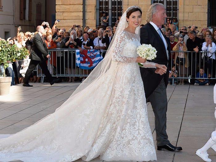 真正的皇室王妃「婚紗長這樣」 汶萊媳婦出場...手拿珠寶捧花!