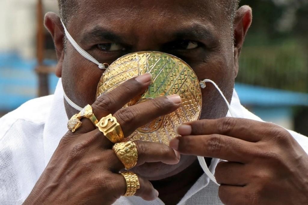 富商砸錢打造「純金口罩」上街秀 問到實際作用...「我不確定欸」!