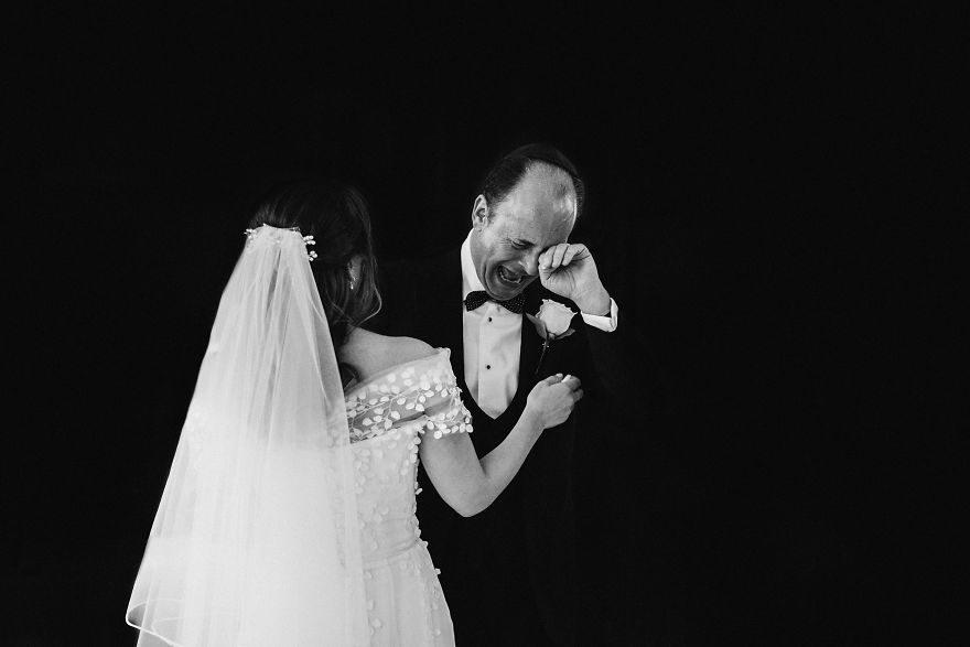 26個老爸「見證女兒出嫁」感人畫面 他在角落「默默擦淚」最心酸