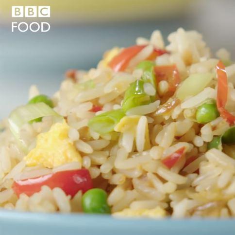 BBC教蛋炒飯「沒用隔夜飯」太邪門 廚師拿出篩網時華人超崩潰