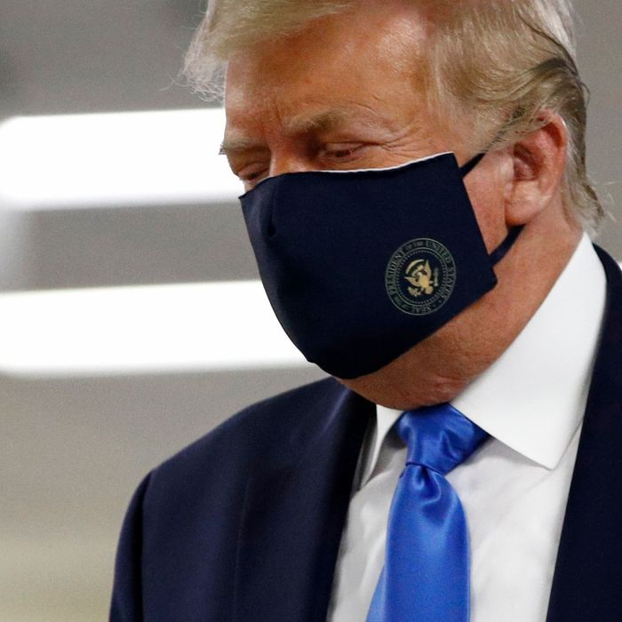 疫情「爆發過半年」終於會怕 川普「首戴口罩」出席公共活動