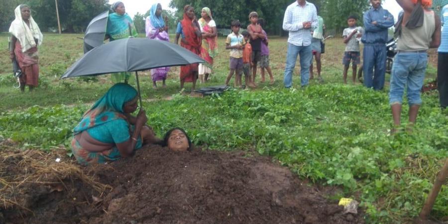 下田慘遭雷劈!3人被「埋在牛糞裡治療」下場讓醫生超傻眼