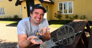 他在酒吧後院挖出「古世紀硬幣」 拿去鑑定直接「賺到一棟房」!