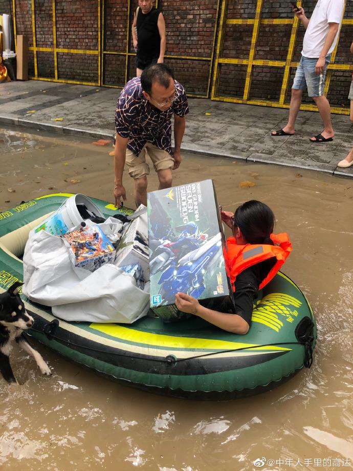 妻子划進「洪災現場」 破窗搶救「鋼彈模型」:那是老公珍藏!