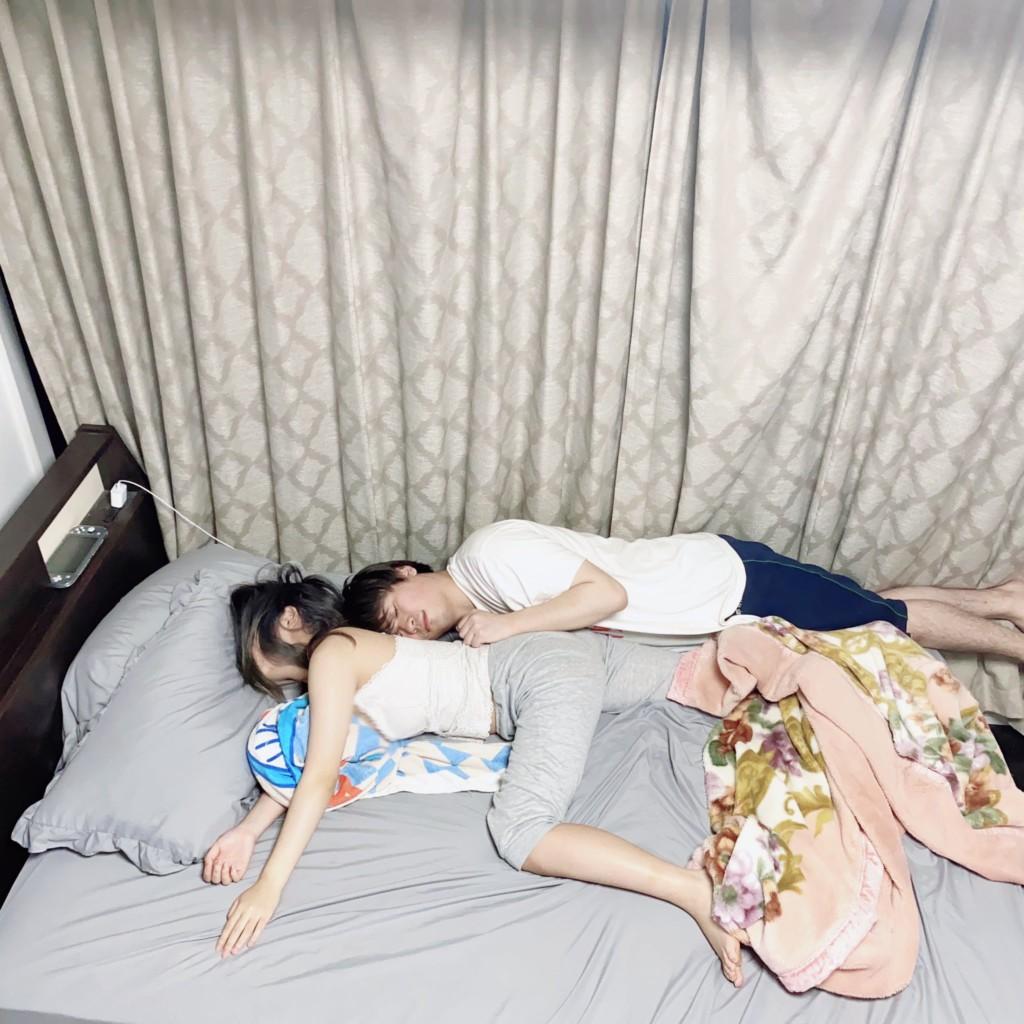 苦命男分享「超淒涼床照」 「夾縫中求生存」慘樣讓人想起初戀QQ