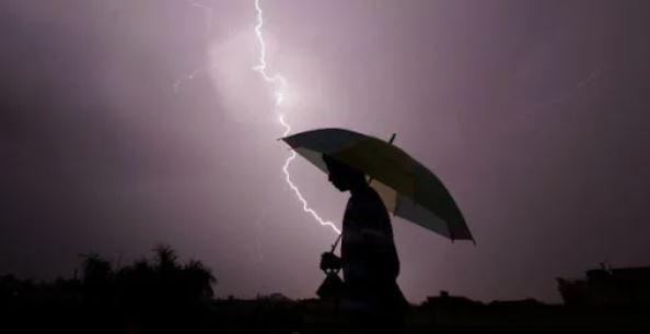 衰男「撐傘走路」遇暴雨 雷一劈...小弟弟慘變「烤香腸」!